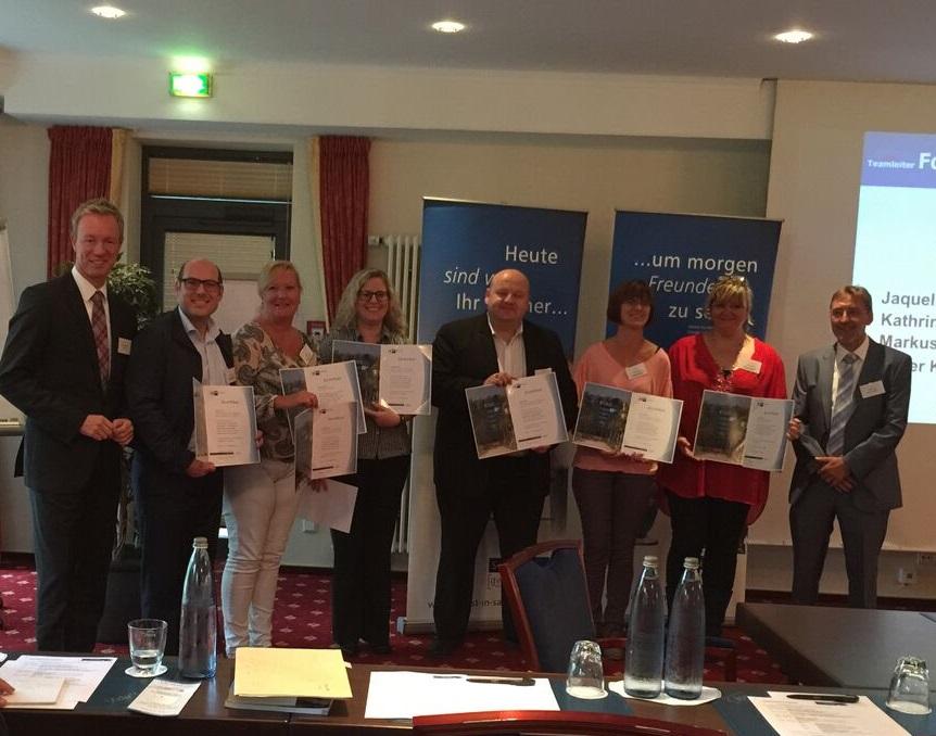 Sieben ADLER-Mitarbeiter konnten nach mehrmonatigen Schulungen ihre von der IHK Saarland ausgestellten Abschlusszeugnisse als Service-Center-Teamleiter entgegennehmen.